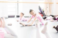 Comunique-se dentro da menina da sala do ensaio da dança imagens de stock royalty free