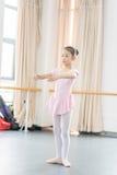 Comunique-se dentro da menina da sala do ensaio da dança foto de stock royalty free