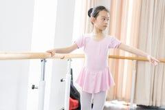 Comunique-se dentro da menina da sala do ensaio da dança fotos de stock royalty free