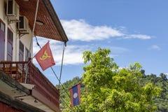 Comunista y banderas de Laos foto de archivo