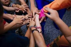 Comunità dei bambini che si tengono per mano insieme primo piano nell'asilo immagini stock