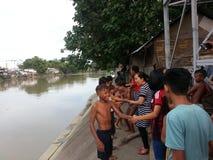 comunità di badjao alla riva del fiume immagine stock