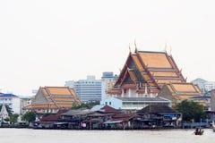 Comunità e tempio al Chao Phraya Fotografia Stock Libera da Diritti