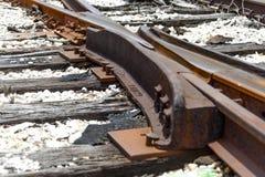 Comute em trilhas de estrada de ferro quebradas Imagens de Stock