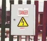 Comute o painel de controle um perigo de 220 volts Fotografia de Stock Royalty Free
