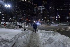 Comuters truggle huis hoewel de sneeuw in Boston van de binnenstad stock afbeeldingen