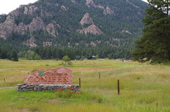 Coníferas, sinal bem-vindo de Colorado Fotos de Stock Royalty Free