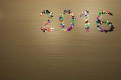 2016 con confeti en superficie de madera Imagen de archivo
