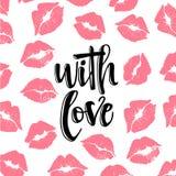 Con el amor - frase de la caligrafía del día de tarjetas del día de San Valentín de las letras en fondo de la impresión del beso  Fotografía de archivo libre de regalías