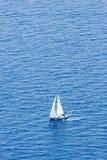 Con el catamarán en el agua azul Fotografía de archivo libre de regalías
