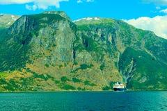 con el foco en los prismáticos Barco de cruceros en el fiordo en Noruega Fotografía de archivo