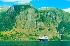 con el foco en los prismáticos Barco de cruceros en el fiordo en Noruega Foto de archivo