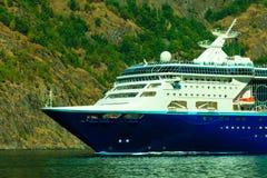 con el foco en los prismáticos Barco de cruceros en el fiordo en Noruega Foto de archivo libre de regalías