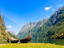 con el foco en los prismáticos Montañas y fiordo en Noruega fotos de archivo libres de regalías