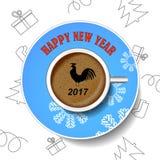 Con el gallo del Año Nuevo La imagen del pájaro en una taza de café fotografía de archivo libre de regalías
