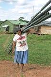 Con el PVC instala tubos a la mujer india que arrastra, Nicaragua Imagen de archivo