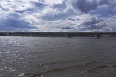con el río y el puente Río, el cielo fotografía de archivo