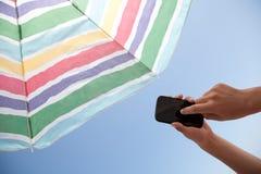 Con el teléfono en la playa - con la trayectoria de recortes Fotografía de archivo
