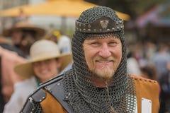 Con el traje medieval del caballero Fotografía de archivo