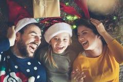 Con ellos está siempre la diversión para la Navidad fotografía de archivo libre de regalías