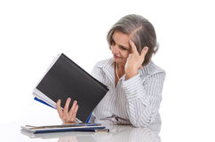 Con exceso de trabajo: mujer cabelluda gris subrayada en el trabajo aislado en blanco Fotos de archivo libres de regalías