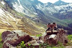 Con gli stivali della montagna nelle montagne Immagine Stock