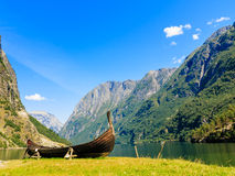con il fuoco sul binocolo Montagne e fiordo in Norvegia fotografie stock libere da diritti