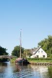 Con la barca in villaggio olandese immagini stock libere da diritti