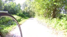 Con la bici en el camino de la bici metrajes