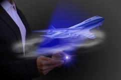 Con la compressa l'aereo decolla, concetto di aviazione alta tecnologia Immagini Stock