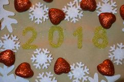 2018 con la decoración de la Navidad concepto del Año Nuevo y de la Navidad el oro figura 2018 en el fondo de copos de nieve Fotos de archivo