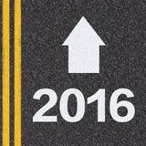 2016 con la flecha en la carretera de asfalto Imagenes de archivo