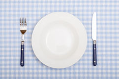 Con la forcella, il coltello ed il piatto hanno coperto la tavola di cena Immagini Stock Libere da Diritti