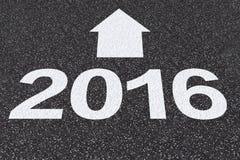 2016 con la freccia sulla strada asfaltata Immagini Stock