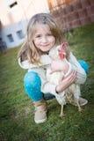 Con la gallina en patio trasero Foto de archivo libre de regalías