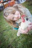 Con la gallina en patio trasero Foto de archivo