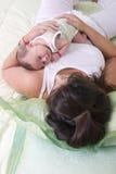 Con la mamma nella camera da letto Fotografia Stock