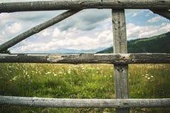Con la opinión de madera de la cerca imagen de archivo