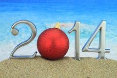 2014 con la palla di Natale sulla spiaggia Fotografie Stock Libere da Diritti