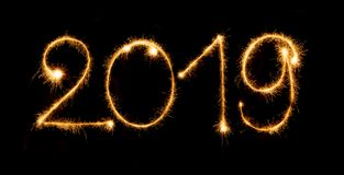 2019 con las bengalas en fondo negro Imagen de archivo libre de regalías