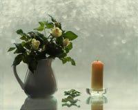 Con las rosas y las velas Imagenes de archivo