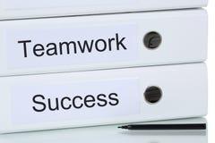 Con lavoro di squadra ed il gruppo al concetto di affari di successo fotografie stock