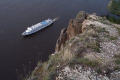 Con le alte e rive rocciose sul grande fiume Fotografia Stock