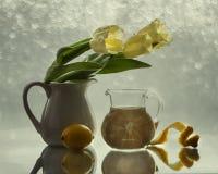 Con los tulipanes y los limones Imagen de archivo libre de regalías