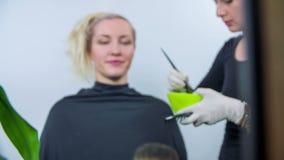 Con precisione colorare i capelli di costumers video d archivio
