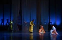 Con respecto y la humildad profundos del harén-detrás a las emperatrices palacio-modernas del drama en el palacio Imagen de archivo