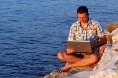 Con un computer portatile Immagini Stock Libere da Diritti