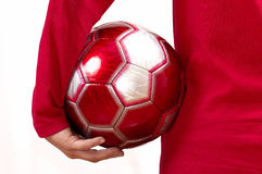 Con un gioco del calcio in un ⦠della mano Immagini Stock