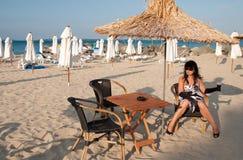 Con un vidrio de vino en una playa Imagenes de archivo