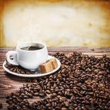 Con una taza de la mañana de granos de café Imágenes de archivo libres de regalías